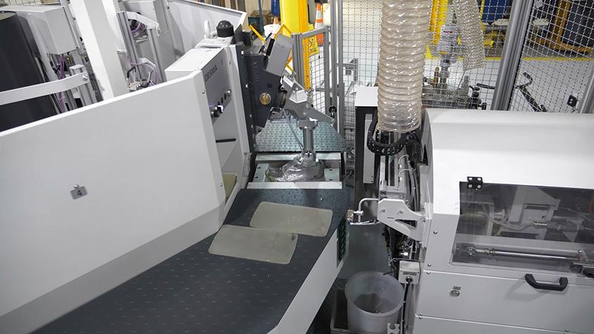 位于美国密歇根州怀恩多特市的巴斯夫鞋材开发中心内的DESMA注塑成型设备