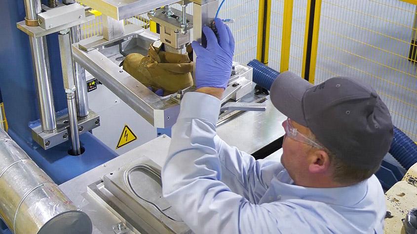 位于美国密歇根州怀恩多特市的巴斯夫鞋材开发中心内,一名员工在GUSBI设备上将鞋子从模具中取出