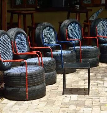 再利用废旧塑料轮胎做的椅子